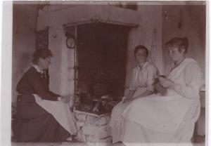 Smids Anna(mitten), Lydia Högberg(höger) (Ca 1920)