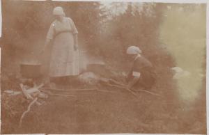 Smids Anna Larsson tvättar vid västerkällan,  0001