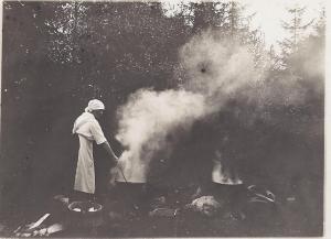 Smids Anna kokar kläder aug 1923, 0001